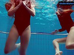 Zwei heiße Teenager unter Wasser