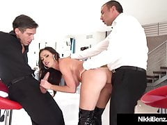 Brunette Babe Nikki Benz Devours 2 Długie Shlongs!