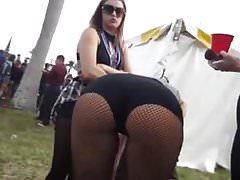 Hot blondýnka PAWG na festivalu