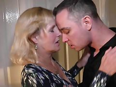 Mutter Molly kann mit ihrem Sohn vaginal und oral Sex haben