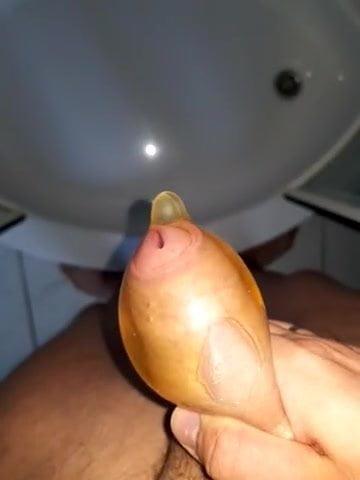 Ins Kondom gepisst – Pissing in Condom