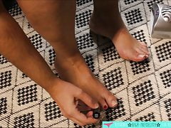 Feet Fetish - French Domina suona con lo smalto per unghie