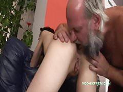 Starý kluk dělá mladší dívku a olizuje jí prdel!