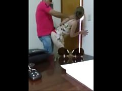 Une femme trompe son mari avec un Africain au pouvoir
