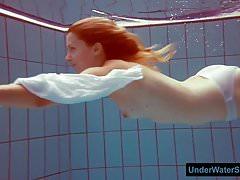 Rousse en robe blanche et bikini sexy