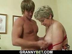 Abuela solitaria follada en varias posiciones.