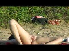 Nude Beach - Heiße Brünette verbreitet sich weit