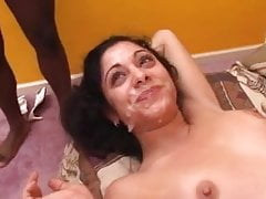 Brunette Facefucked e prende 2 carichi