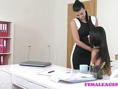 L'agente procace di FemaleAgent seduce la bellezza timida