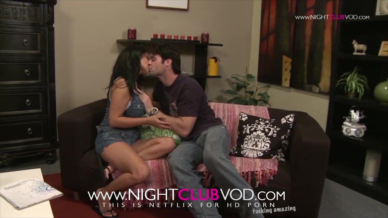 Порно видео молоденькая со страпоном