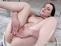 Wetandpissy - Vibrátor hrát na piss drenched babe Quinn