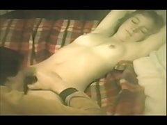 Vintage chatte poilue manger sur poussin bronzé