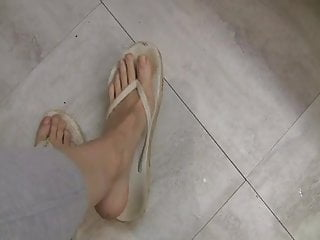 Matures Milfs video: Flip Flops Toe Scrunching!