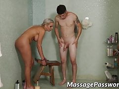 Cara jovem recebe uma massagem inesquecível de MILF peituda