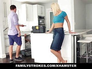 熱的青少年亂搞她的步表兄弟在廚房裡