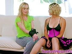 Związana lesbijka MILF poddaje się po niesamowitym lizaniu cipki