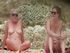 Praia de nudismo - dois MILFs