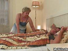 Sie findet die alte Mutter, die seinen Schwanz reitet!