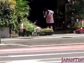 在商店的小的日本賣花人pussyfucked