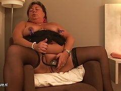 Big amateur mature mère jouant avec elle-même