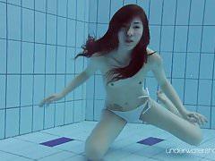 Roxalana nuota come un pesce con la sua figa stretta