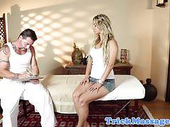 Massaggiatrice amatoriale succhia il massaggiatore prima del sesso