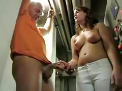 Geck wird von geilen Teen bestraft