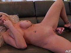 La bionda sexy Nina Elle dildo la sua figa fino a raggiungere l'orga