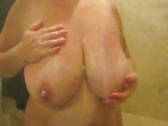 Mój przyjaciel myje jej ogromne cycki pod prysznicem