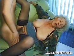 Stara amatorska dojrzała żona ssie i pieprzy się z finałem