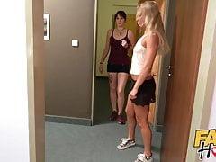 Fake Hostel Zralá lesbická žena šéfuje kolem zpocené teenagery