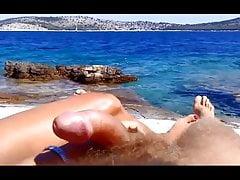 Żona daje ręczną robota na plaży