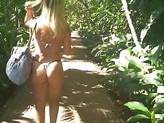 Angelica im Bikini im Wald spazieren und Hörner filmen