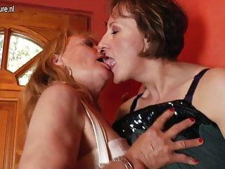 兩個成熟的女同性戀者在大家裡瘋了