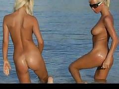 Deux blondes en bikini se déshabillent sur la plage