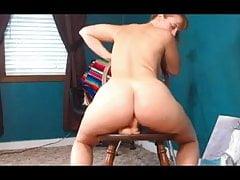 Pawg bawi się jej mokrą cipką i jeździ zabawką na krześle