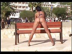 Posant en bikini sur la plage