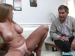 La bellezza cuckolding punisce suo marito