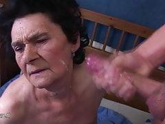 La nonna amatoriale ama il gusto del giovane sperma