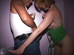 Redhead MILF succhia straniero - Il suo cazzo si scopa la fica attraverso il muro