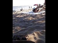 asijský exhibičník na oké nude pláži