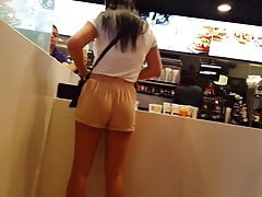 Ehrliche Voyeur Latina in McDonalds wunderschönen Körper