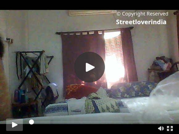सेक्सी इंडियन बंगाली आंटी मिली ने बेडरूम में बदलते हुए कब्जा कर लिया