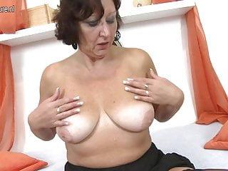 La vera nonnina gioca con la sua vecchia figa bagnata
