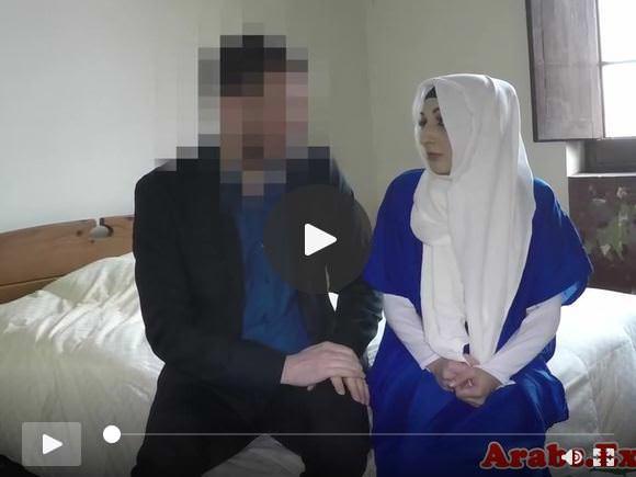 हिजाब मुस्लिम कुत्ते को मुर्गा चूसने से पहले