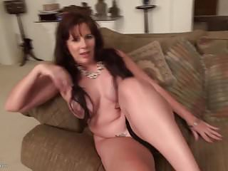 Sexy mamma matura con belle tette e corpo caldo