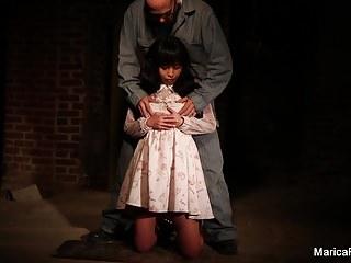 馬里卡在地下室被剝奪和撫摸