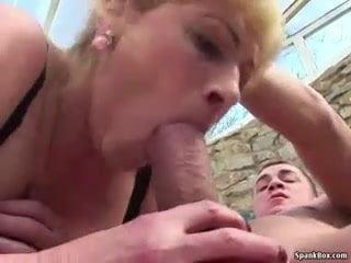 Szexi anyuka még mindig megkívánja a fiát