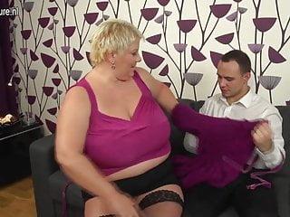 MAMMA matura dal seno enorme scopa e succhia il culo