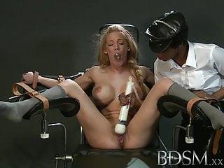 BDSM XXX La ragazza schiava con un seno enorme diventa dura